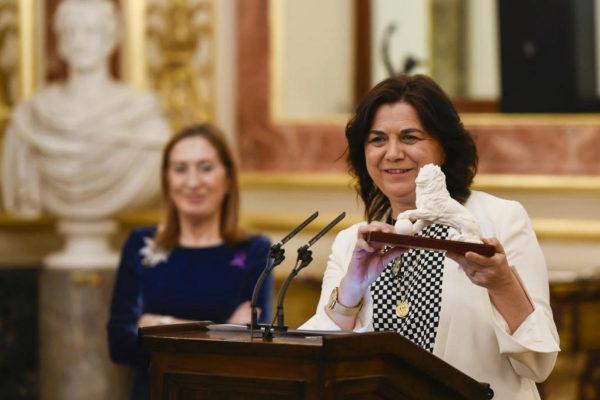 La periodista Lucía Méndez, con el Premio Josefina Carabias, junto a la presidenta del Congreso, Ana Pastor..