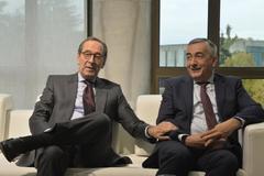 Gregorio Villalabeitia junto al director general de Funcas Carlos Ocaña.