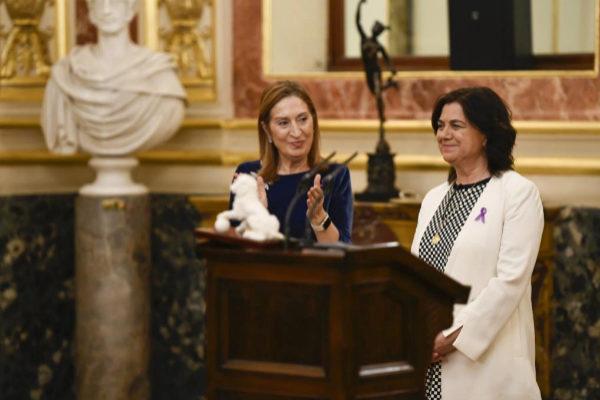 La periodista Lucía Méndez recoge el Premio Josefina Carabias, entregado por la presidenta del Congreso, Ana Pastor.