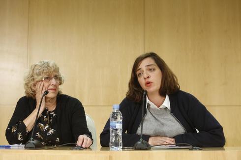La alcaldesa Manuela Carmena junto a Celia Mayer.