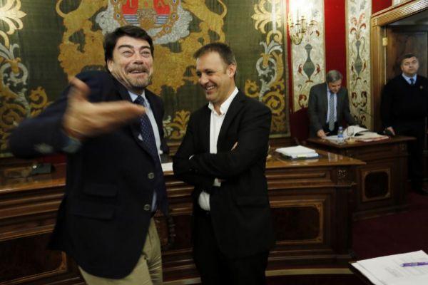 El alcalde de Alicante, Luis Barcala, y el portavoz de Compromís, Natxo Bellido, en imagen de archivo.