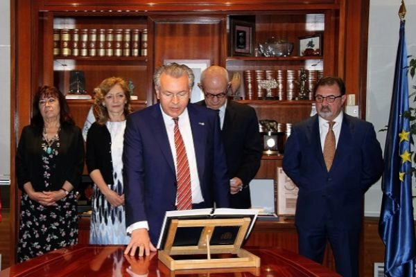 El consejero Javier Dies toma posesión del cargo en presencia de otros miembros del Pleno, en 2015.