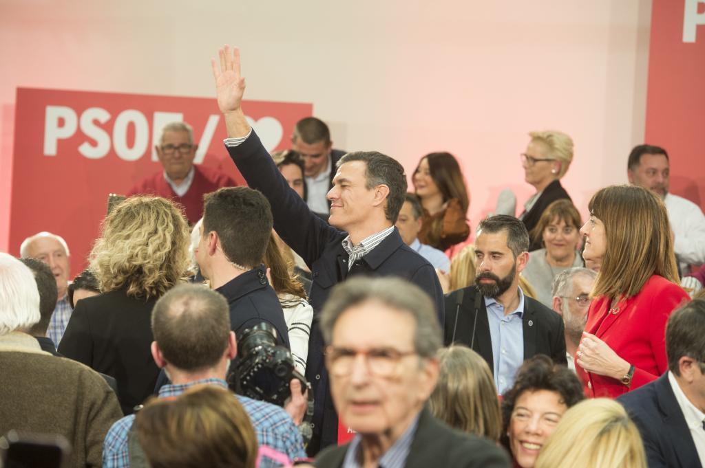 Pedro Sánchez a su llegada al acto con militantes socialistas en Vitoria.