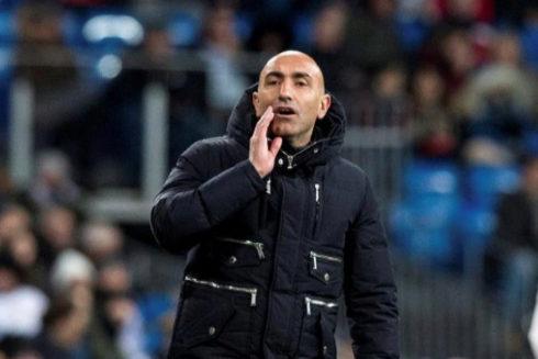 Abelardo da instrucciones a sus jugadores.