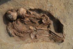 Dos de los niños encontrados en el enterramiento en Perú.   JOHN VERANO