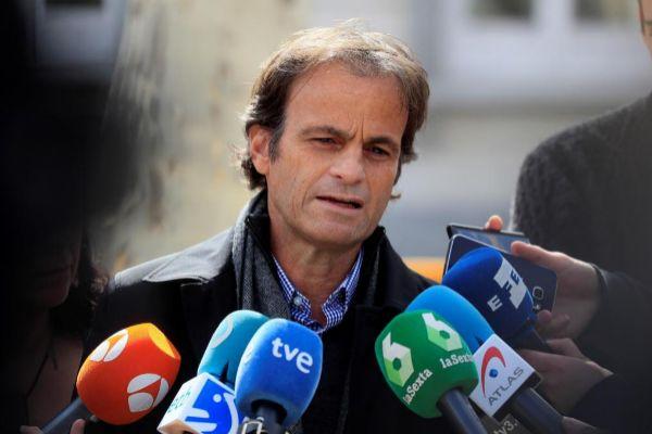 GRAF8947. MADRID.- El teniente de alcaldía de Derechos Civiles del Ayuntamiento de Barcelona , Jaume <HIT>Asens</HIT> , atiende a los medios este martes en las afueras del Tribunal Supremo.