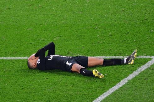 Mbappé, sobre el césped tras la eliminación del PSG.