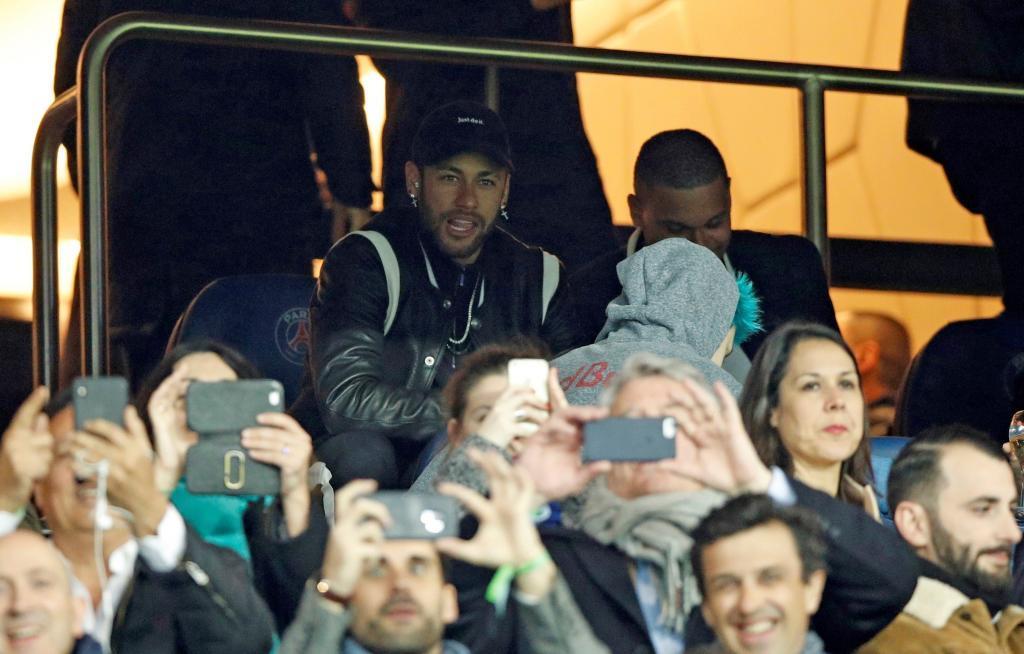 EPA3443. PARIS (FRANCE), 03/06/2019.- El jugador de Paris Saint Germain <HIT>Neymar</HIT> Jr. observa desde el banco este miércoles, en un partido de la Liga de Campeones entre París Saint Germain y Manchester United en el estadio Parque de los Príncipes en París (Francia).