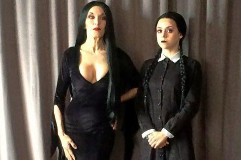 Carmen Conesa y Lydia Fairen caracterizadas como Morticia y Miércoles.