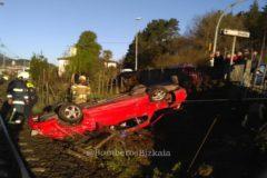 El vehículo tras el impacto con el tren.