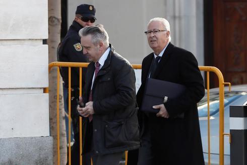El jefe de la Policía en Cataluña durante el 1-O, Sebastián Trapote (dcha.), a su llegada, este jueves, al Tribunal Supremo para asistir a una nueva sesión del juicio del procés.