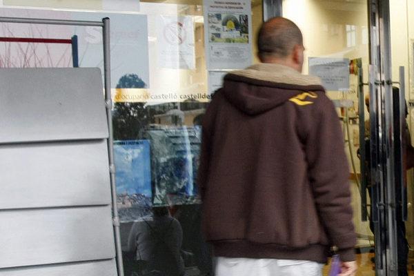 Un desempleado busca una oportunidad laboral en una oficina del Servef.