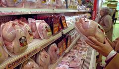 Estantería del pollo envasado en un supermercado.