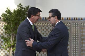 Juan Marín saluda al diputado de Vox Francisco Serrano, en el Parlamento, el Día de Andalucía.