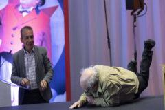 La dura caída de Danny DeVito en la presentación de Dumbo