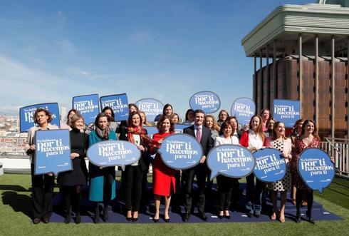 El líder del PP, Pablo Casado, con mujeres candidatas de su partido, en un acto con motivo del Día de la Mujer.