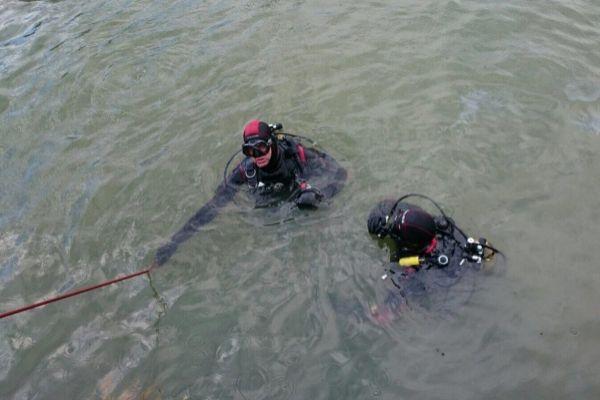 Agentes de la Ertzaintza buscan los paquetes en las aguas del puerto de Berneo.