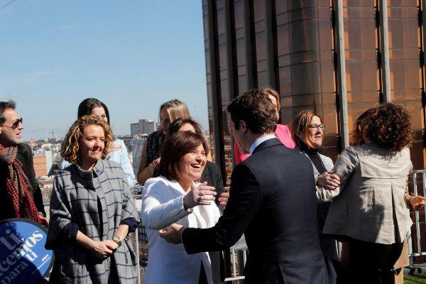 Isabel Bonig saluda al presidente del PP, Pablo Casado.