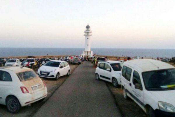 Acceso al faro de Cap de Barbaria repleto de coches.
