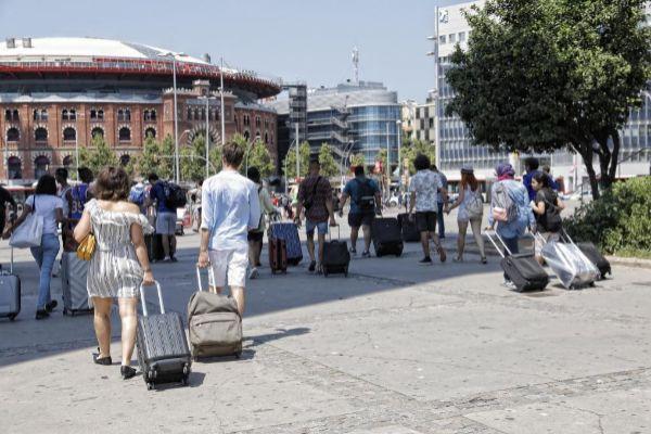 Un grupo de turistas en el centro de Barcelona.