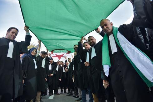 Abogados y periodistas argelinos protestan contra la candidatura a la reelección del presidente Buteflika, en Argel.