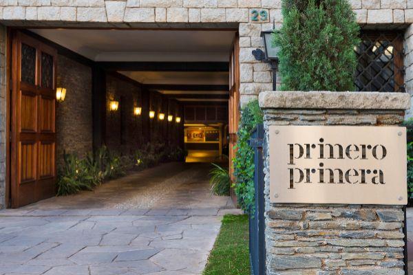 Entrada de acceso al hotel-boutique Primero Primera en el barrio de Les Tres Torres, en Barcelona.