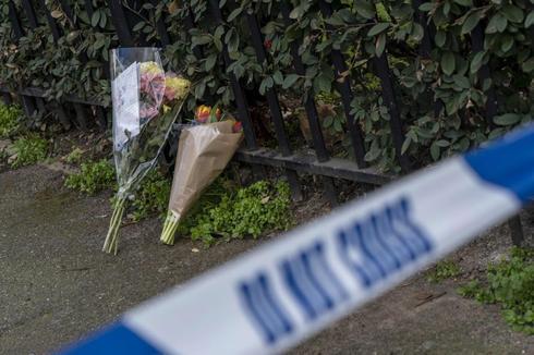 Flores en la escena del crimen donde murió David Martínez.