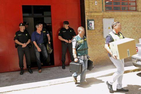 Agentes de la UCO de la Guardia Civil, durante la redada contra la financiación irregular de UGT-A en junio de 2014.