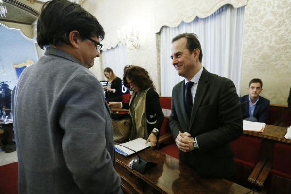 El portavoz de Guanyar, Miguel Ángel Pavón, y el concejal de Hacienda, Carlos Castillo, en un pleno.