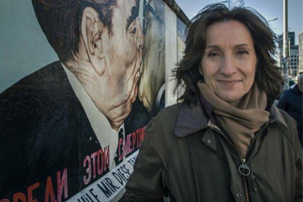 Paloma Sánchez-Garnica, junto al antiguo muro de Berlín.