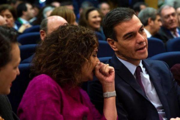 El presidente del Gobierno, Pedro Sánchez, junto a la ministra de Hacienda, María Jesús Montero