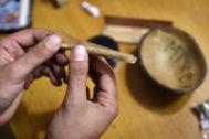 Un hombre lía un porro en un club de cannabis.