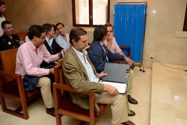 Los seis hermanos Ruiz Mateos sentados en el banquillo de los acusados durante el juicio.