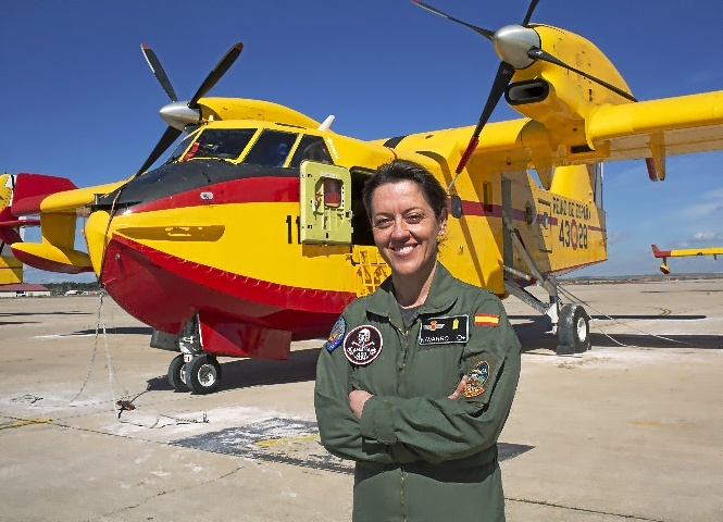 La brigada Patricia Navarro, mecánica de un avión apagafuegos.