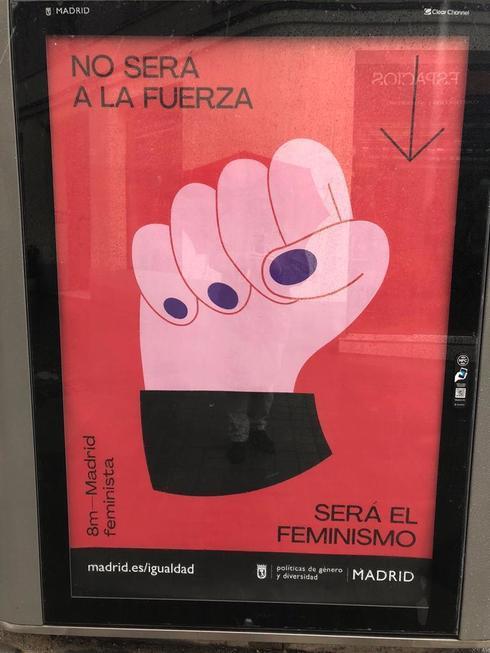 Cartel de la huelga feministas en Madrid en una marquesina.