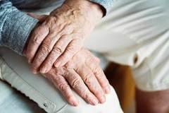 El temblor de manos es característico en afectados por Parkinson.