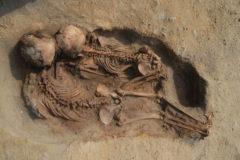 Dos de los niños encontrados en el enterramiento en Perú.