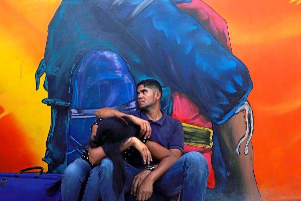 Una pareja de venezolanos en un refugio de Cúcuta.