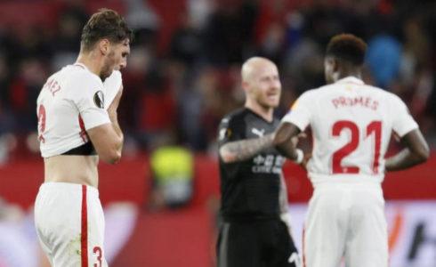 Sergi Gómez (izda) se seca el sudor tras el partido.