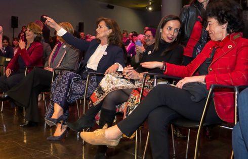 Carmen Calvo (en el centro), ayer, durante un acto del PSOE con Dolores Delgado (izqda.), Beatriz Corredor e Isabel Celaá (dcha.).