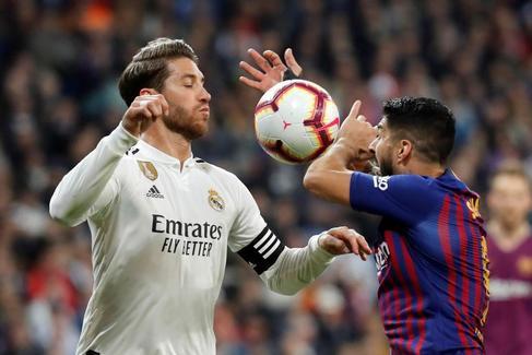 Ramos, con Luis Suárez, en el último clásico liguero.