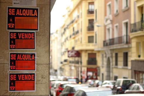 Carteles de venta y alquiler de viviendas en Alicante.
