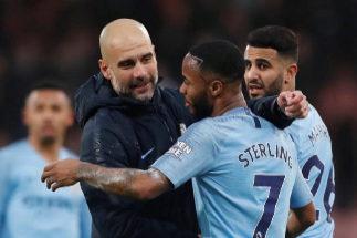 Guardiola se abraza con Sterling, ante la mirada de Mahrez.