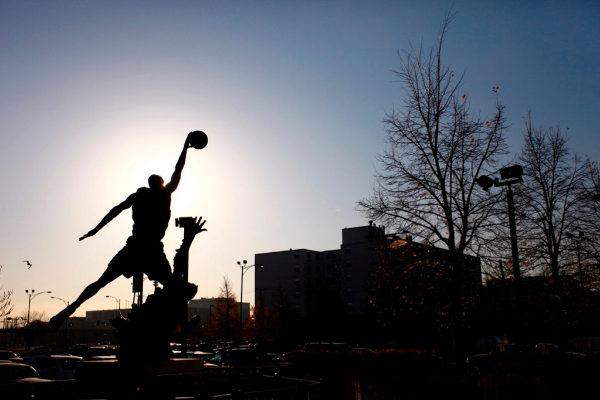 Fotograma de 'Chi-Town': la estatua dedicada a Michael Jordan en Chicago.