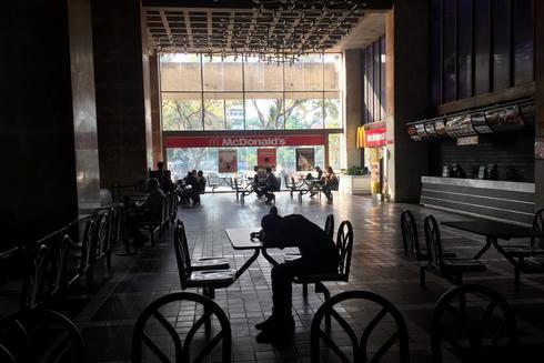 Centro comercial durante un apagón en Caracas.