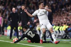 Mazraoui evita que el balón salga en la jugada del 0-3 del Ajax.