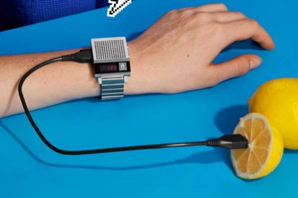 Este reloj te grita la hora (en inglés)