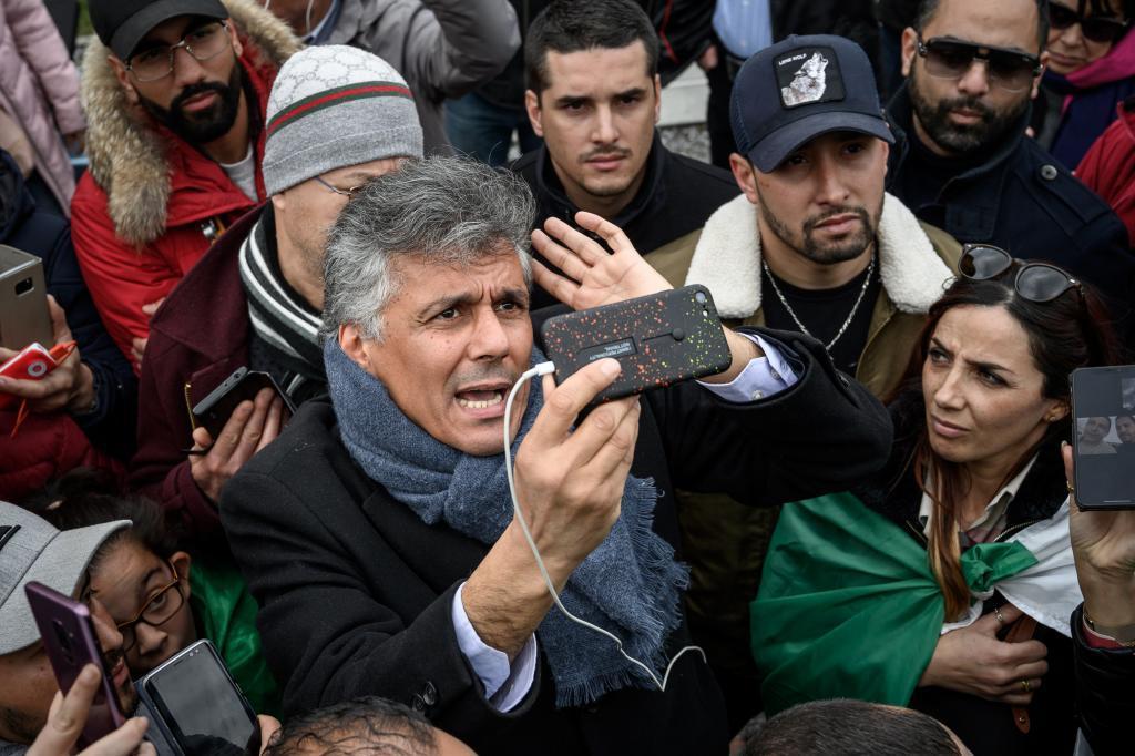El líder opositor Rachid Nekkaz frente al hospital de Ginebra donde se encuentra Buteflika.