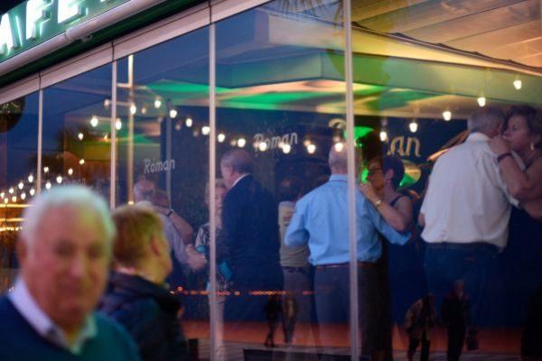 Un grupo de mayores bailando en una discoteca de Benidorm,