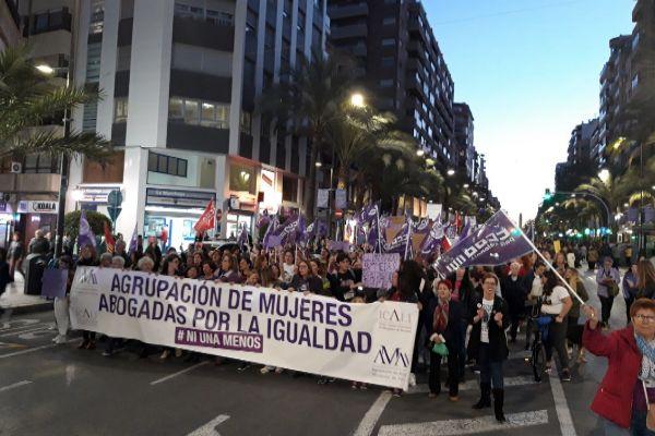 Manifestación del 8M en la calle Alfonso El Sabio de Alicante.